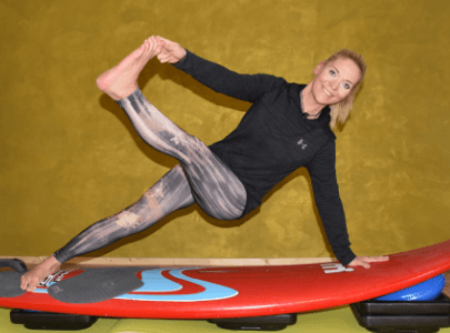 Surfboard Balance Yoga: Hol dir das Surfer Feeling in dein Yoga-Studio